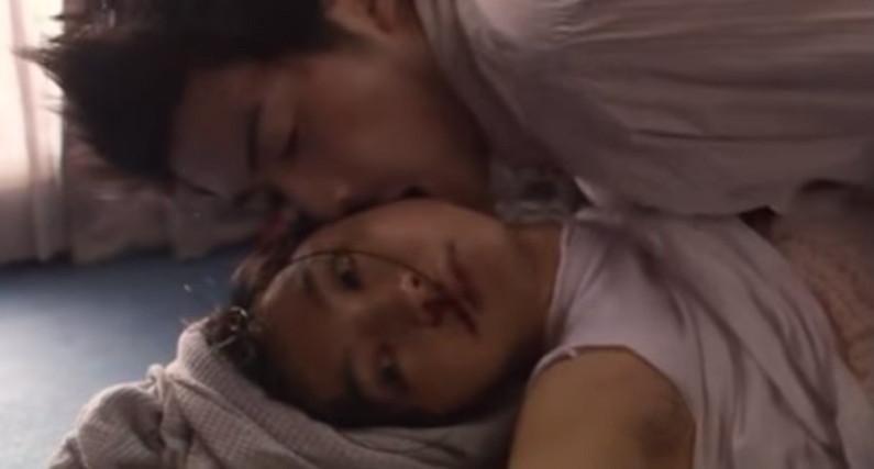 【濡れ場キャプ画像】女優が演じるベッドシーンが乳首丸出しで喘いでてヤバスwwww 20