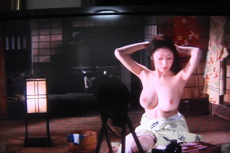 【濡れ場キャプ画像】女優が演じるベッドシーンが乳首丸出しで喘いでてヤバスwwww 22