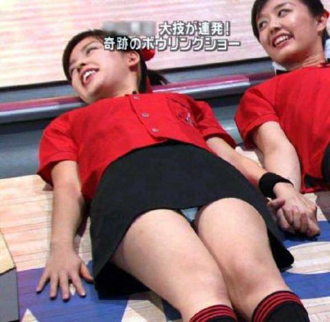 【パンチラキャプ画像】スカートの丈が短すぎて少しでも股開くとパンツが見えちゃうタレント達ww