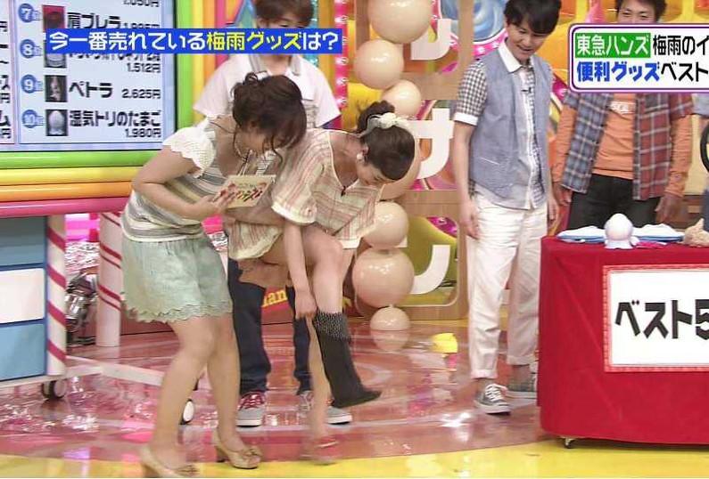 【パンチラキャプ画像】スカートの丈が短すぎて少しでも股開くとパンツが見えちゃうタレント達ww 06