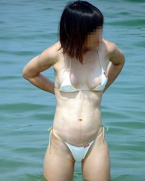 【ハプニング画像】楽しいのは分かるけどはしゃぎすぎて色んなものが水着からはみ出てるぞww 23