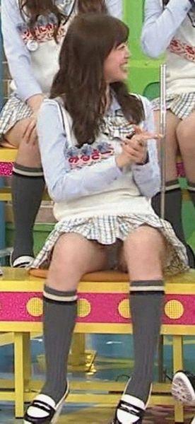 【パンチラキャプ画像】ユルユルお股から見える芸能人のエッチなパンティーwww 14