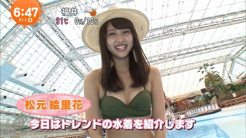【水着キャプ画像】テレビに映るビキニ美女の豊満なオッパイがぐぅシコすぎてやばいんだがwww 02