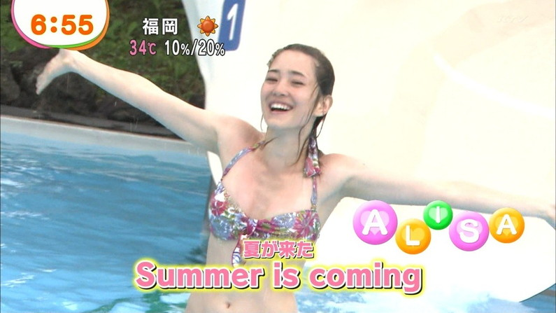 【水着キャプ画像】テレビに映るビキニ美女の豊満なオッパイがぐぅシコすぎてやばいんだがwww 05