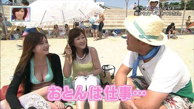 【水着キャプ画像】テレビに映るビキニ美女の豊満なオッパイがぐぅシコすぎてやばいんだがwww 07