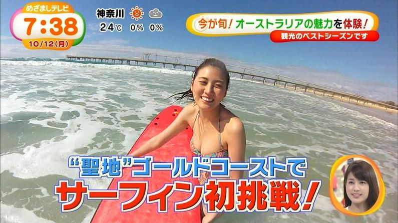 【水着キャプ画像】テレビに映るビキニ美女の豊満なオッパイがぐぅシコすぎてやばいんだがwww 09