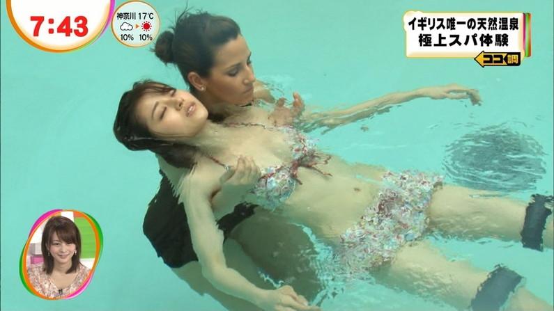 【水着キャプ画像】テレビに映るビキニ美女の豊満なオッパイがぐぅシコすぎてやばいんだがwww 16