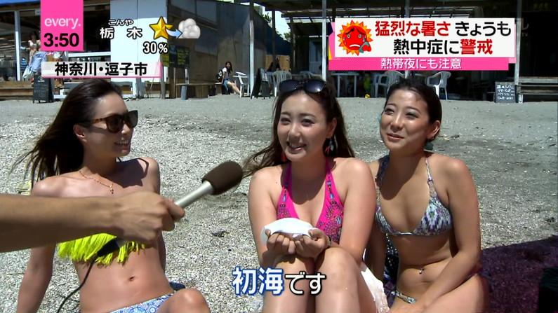 【水着キャプ画像】テレビに映るビキニ美女の豊満なオッパイがぐぅシコすぎてやばいんだがwww 17