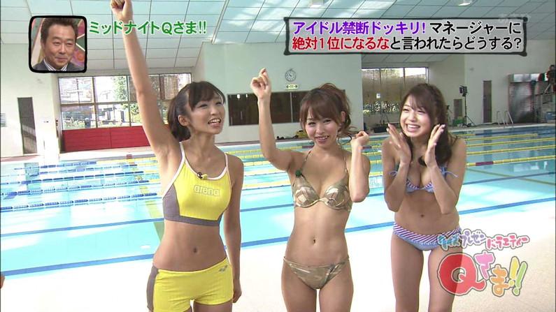 【水着キャプ画像】テレビに映るビキニ美女の豊満なオッパイがぐぅシコすぎてやばいんだがwww 21
