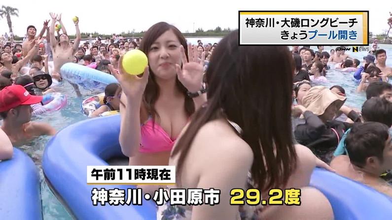 【水着キャプ画像】この時期になると巨乳美女にはこぞってビキニを着せたがるテレビ局www 03
