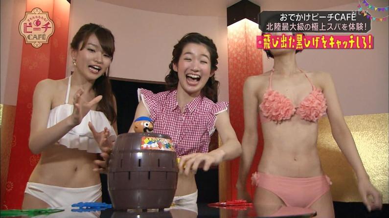 【水着キャプ画像】この時期になると巨乳美女にはこぞってビキニを着せたがるテレビ局www 18