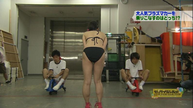 【お尻キャプ画像】テレビに映ったビキニからはみ出る尻肉がムチムチでエロすぎww 09