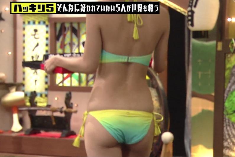 【お尻キャプ画像】テレビに映ったビキニからはみ出る尻肉がムチムチでエロすぎww 20