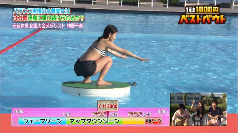 【お尻キャプ画像】テレビに映ったビキニからはみ出る尻肉がムチムチでエロすぎww 24