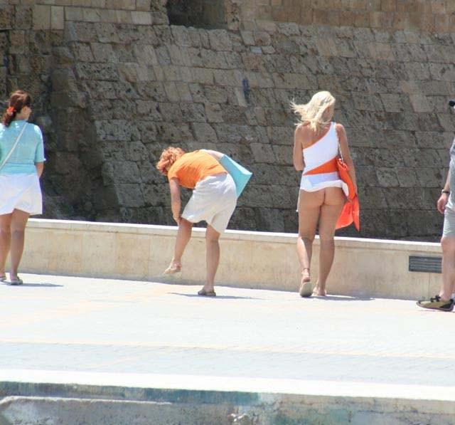【パンチラハプニング画像】夏の軽いスカートはめくれやすく風ちらが見放題だぜww 04