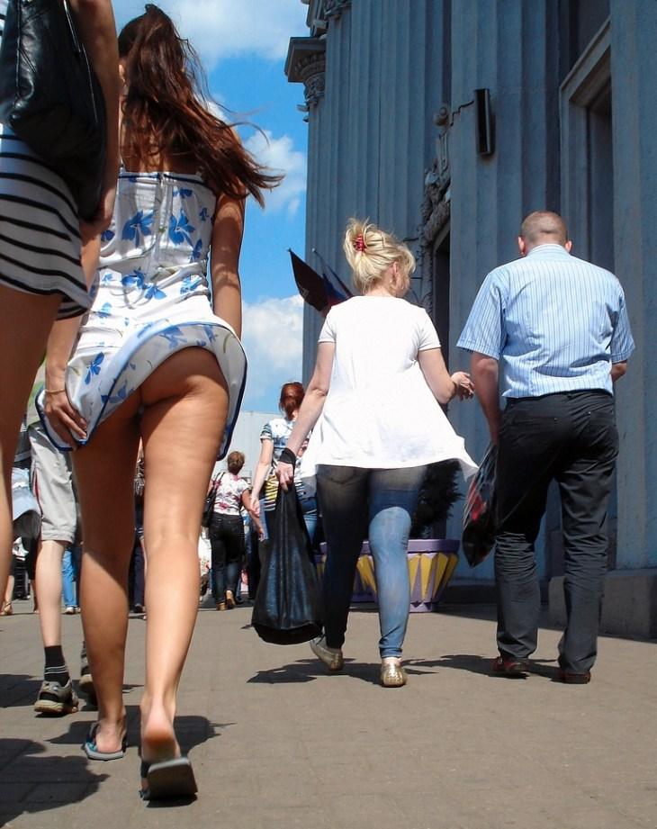【パンチラハプニング画像】夏の軽いスカートはめくれやすく風ちらが見放題だぜww 05