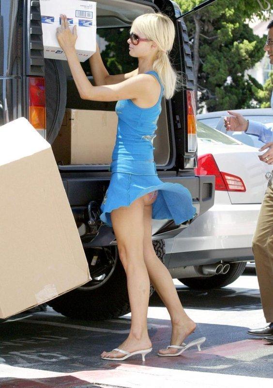 【パンチラハプニング画像】夏の軽いスカートはめくれやすく風ちらが見放題だぜww 06