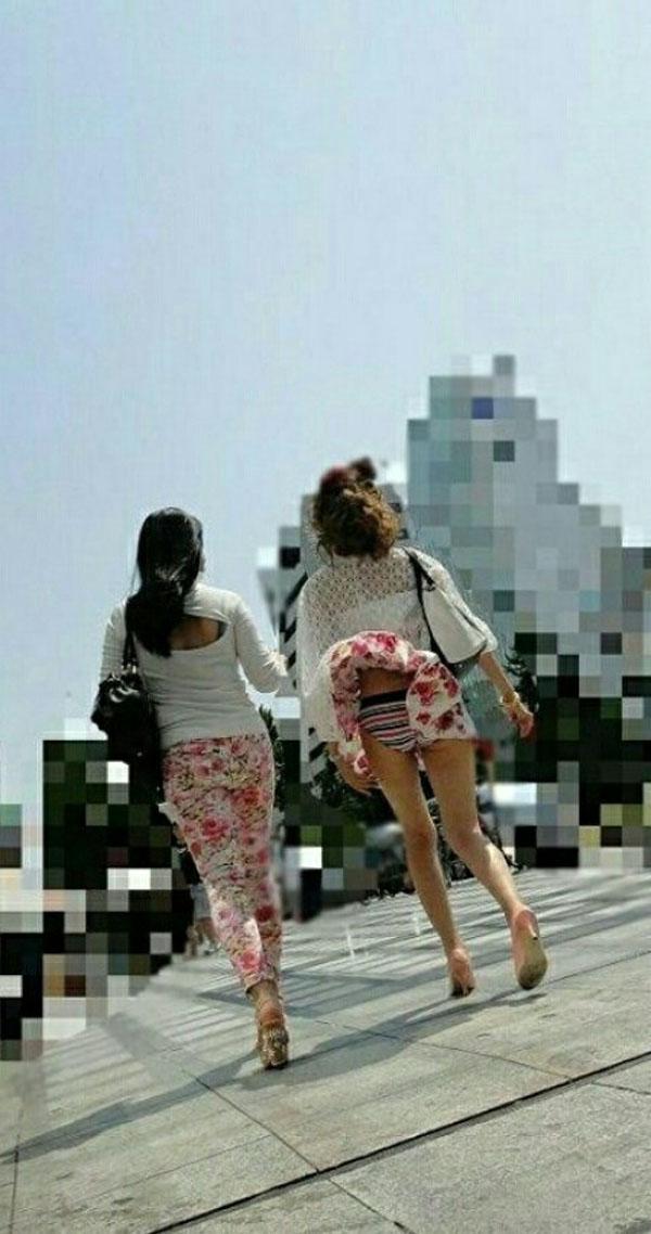 【パンチラハプニング画像】夏の軽いスカートはめくれやすく風ちらが見放題だぜww 08