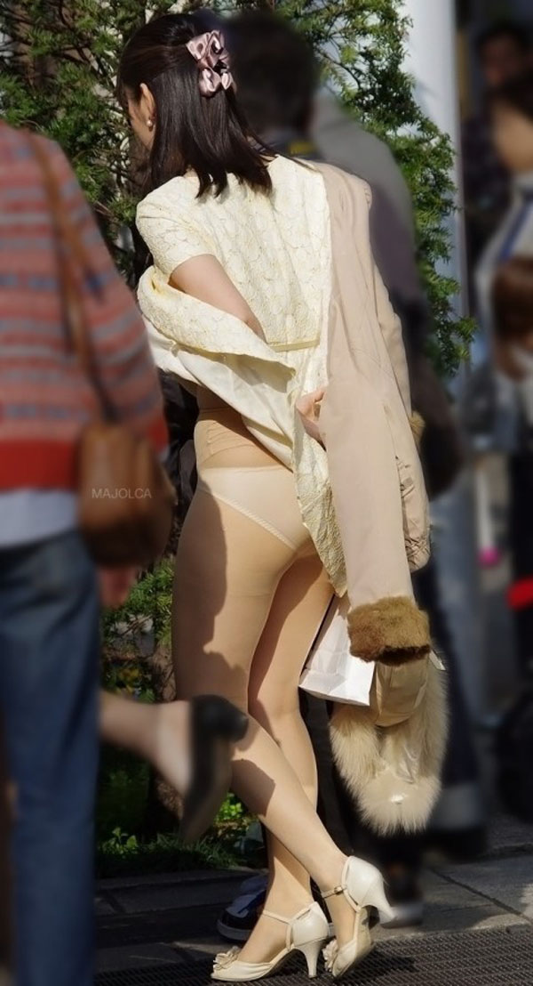 【パンチラハプニング画像】夏の軽いスカートはめくれやすく風ちらが見放題だぜww 10
