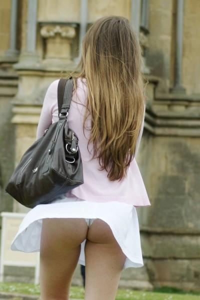 【パンチラハプニング画像】夏の軽いスカートはめくれやすく風ちらが見放題だぜww 19