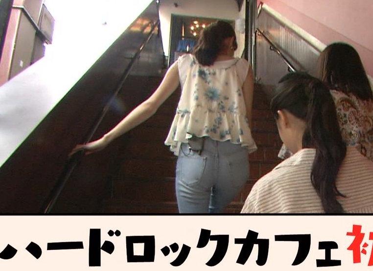 【お尻キャプ画像】生尻よりエロく見えるピッタリズボンがパンツラインも浮かび上がらせるww 06