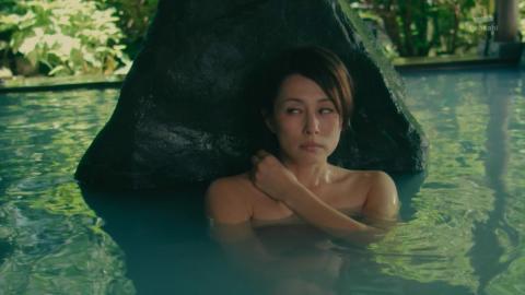 【温泉キャプ画像】バスタオル一枚でテレビに出るとやはり危険は多いのか?ww 24