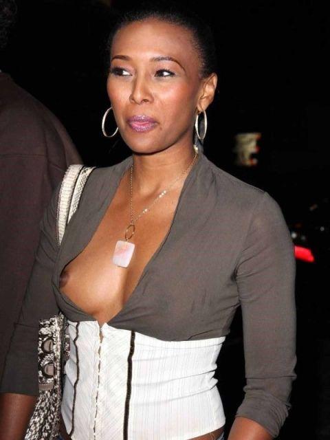 【ポロリ画像】海外の有名人達は乳首くら見えてても動じないww 13