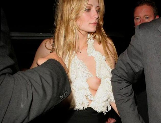 【ポロリ画像】海外の有名人達は乳首くら見えてても動じないww 19