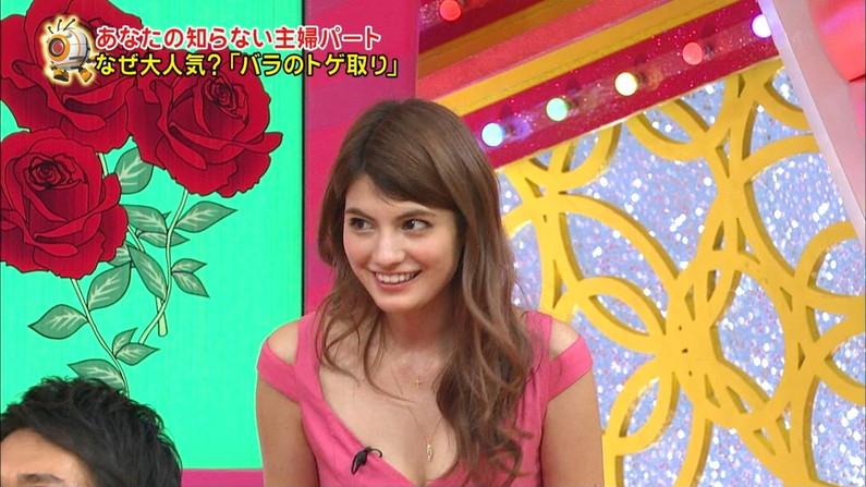 【谷間キャプ画像】テレビで胸ちら連発させる女達の乳房がはっきり映されるww 09