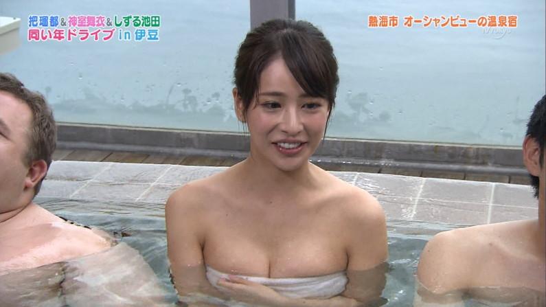 【温泉キャプ画像】温泉レポでバスタオルからはみ出す乳房がエロくてたまらんwww 08