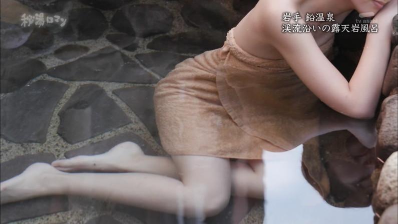 【温泉キャプ画像】温泉レポでバスタオルからはみ出す乳房がエロくてたまらんwww 15