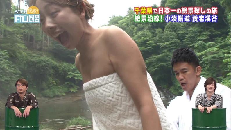 【温泉キャプ画像】温泉レポでバスタオルからはみ出す乳房がエロくてたまらんwww 16