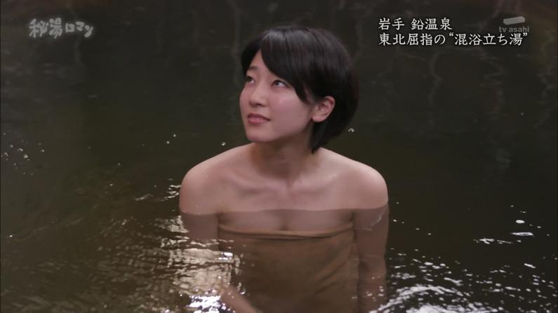 【温泉キャプ画像】温泉レポでバスタオルからはみ出す乳房がエロくてたまらんwww 17