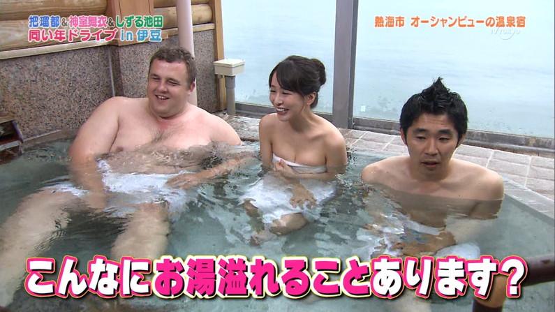 【温泉キャプ画像】温泉レポでバスタオルからはみ出す乳房がエロくてたまらんwww 18