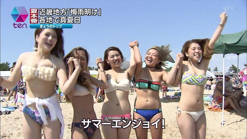 【水着キャプ画像】この夏も美女達のポロリに期待大!危なげな水着美女達がテレビに映るww 10