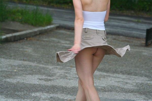 【ハプニングパンチラ画像】一瞬の出来事に興奮してしまう!素人のスカートが風に煽られて見えたパンツww 22