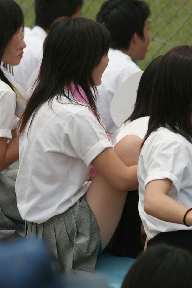 【甲子園エロ画像】この時期甲子園のスタンドはJKのパンツや透けブラが見放題になるww 12