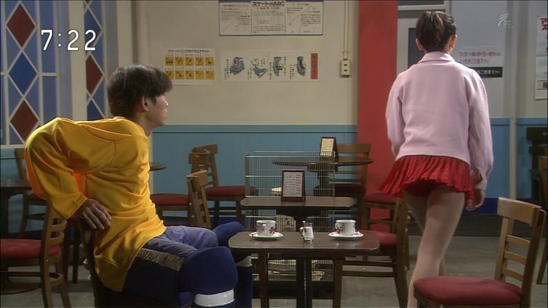 【パンチラキャプ画像】タレント達がミニスカ履いて▼ゾーンからチラッと見えるパンツがエロすぎwww 14