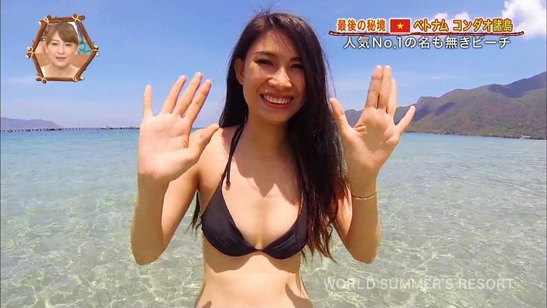 【水着キャプ画像】テレビに映る巨乳のビキニ美女達がエロいオッパイ強調しまくりww