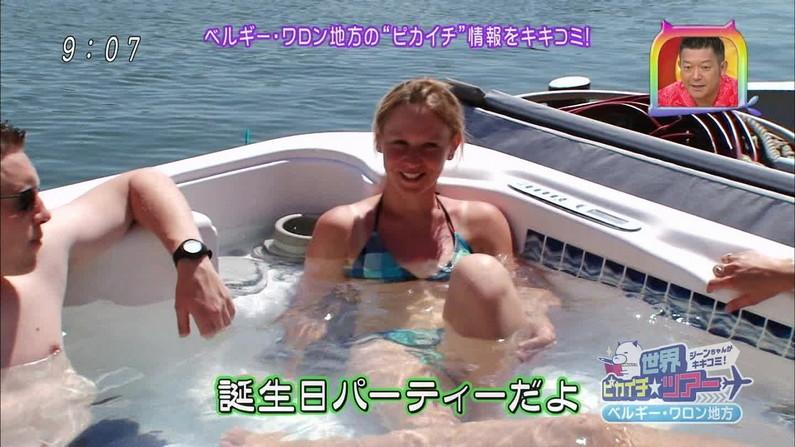 【水着キャプ画像】テレビに映る巨乳のビキニ美女達がエロいオッパイ強調しまくりww 10
