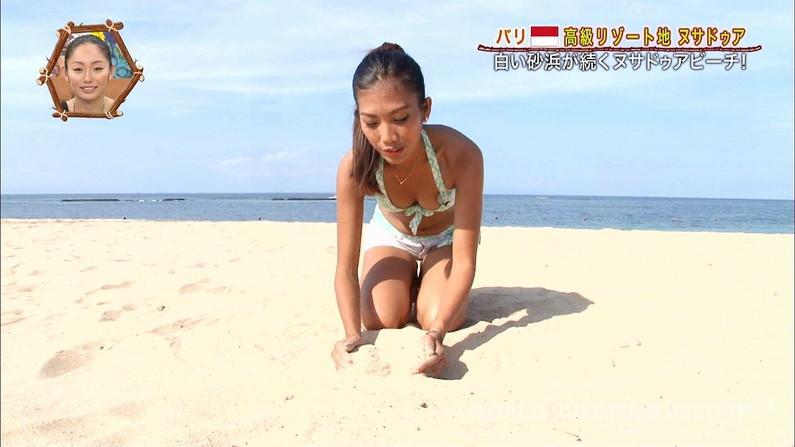 【水着キャプ画像】テレビに映る巨乳のビキニ美女達がエロいオッパイ強調しまくりww 11