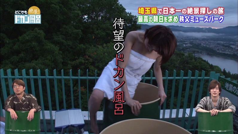 【温泉キャプ画像】後数センチバスタオルがズレれば乳輪くらいは見えそうな際どい巻き方して温泉レポする女達ww 06