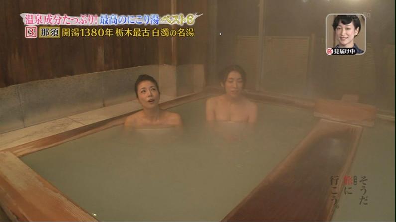 【温泉キャプ画像】後数センチバスタオルがズレれば乳輪くらいは見えそうな際どい巻き方して温泉レポする女達ww 10
