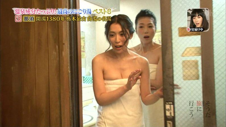 【温泉キャプ画像】後数センチバスタオルがズレれば乳輪くらいは見えそうな際どい巻き方して温泉レポする女達ww 11