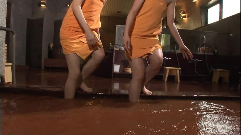 【温泉キャプ画像】後数センチバスタオルがズレれば乳輪くらいは見えそうな際どい巻き方して温泉レポする女達ww 17