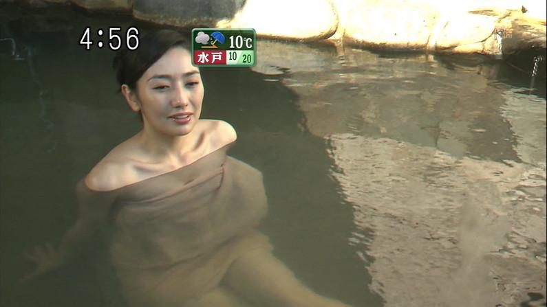 【温泉キャプ画像】後数センチバスタオルがズレれば乳輪くらいは見えそうな際どい巻き方して温泉レポする女達ww 19