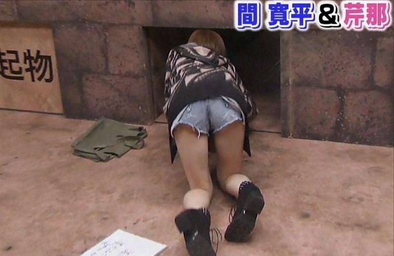 【太ももキャプ画像】パンツ見えそうなくらいキワキワまで太もも露出させてるタレント達ww 04