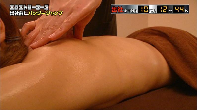 【エステキャプ画像】半裸状態でテレビに映るエステ受けてるタレント達のオッパイがムニュってなってるww 10