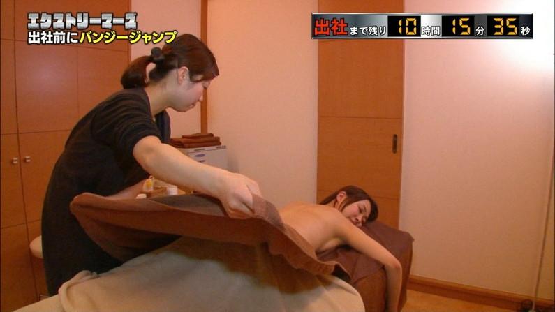 【エステキャプ画像】半裸状態でテレビに映るエステ受けてるタレント達のオッパイがムニュってなってるww 15