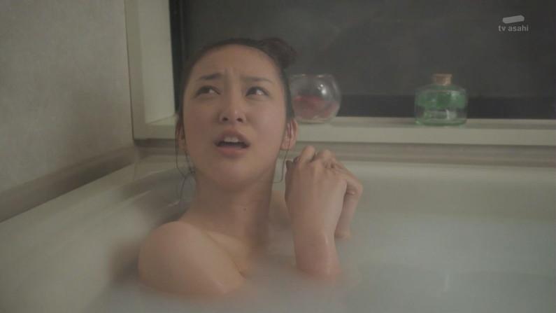 【温泉キャプ画像】いつ見ても女性の入浴シーンって絶対エロく見えてしまうよなww